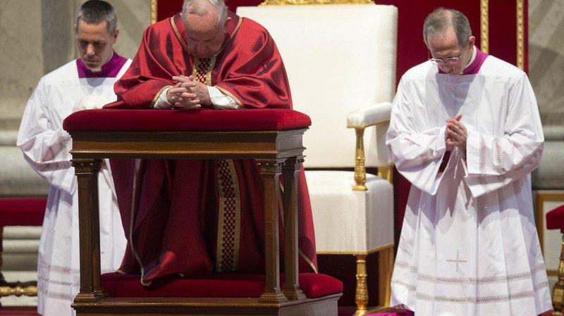 Le pape François lors de la célébration de la Passion, le Vendredi Saint, dans la basilique Saint-Pierre.