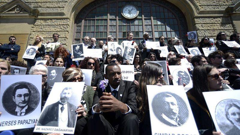Une centaine de personnes se sont rassemblées à Istanbul en mémoire des victimes du massacre.