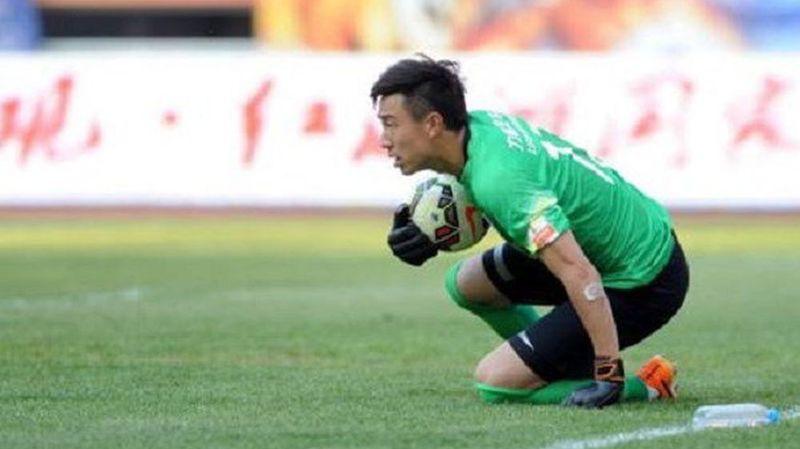 Sur la pelouse, la bouteille que Sui Weijie n'aurait jamais dû toucher durant le match!