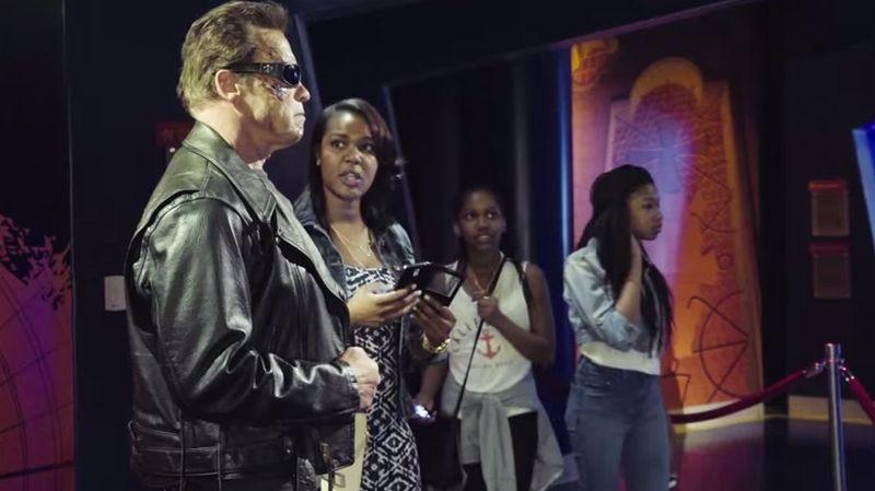 Pour la promo de son dernier film Terminator Genisys, Arnold Scwarzenegger se fait passer pour une statue de cire
