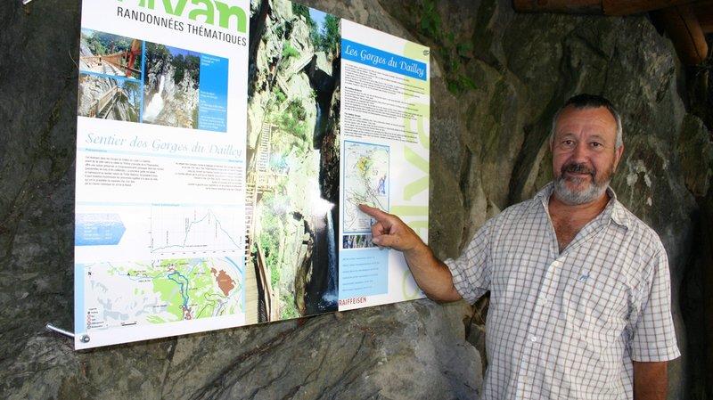 Président des AAGB, Dominique Fournier présente le panneau situé dans le pavillon d'informations installé à l'entrée des Granges.