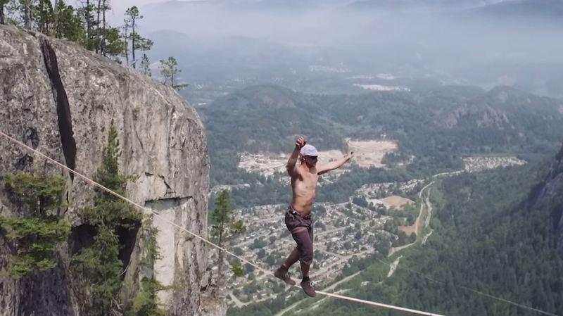 A 290 mètres au-dessus du sol, Spencer Seabrooke a parcouru 64 mètres sur sa highline.